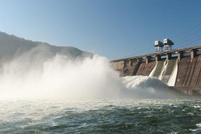 A energia cinética proveniente do movimento da água de uma represa causa o movimento das turbinas de uma usina elétrica