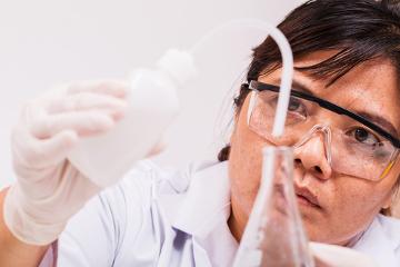 Em algumas atividades de laboratório, o uso da água destilada é fundamental