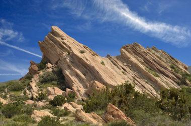 Forma de relevo resultante do movimento ascendente de um bloco de falha geológica