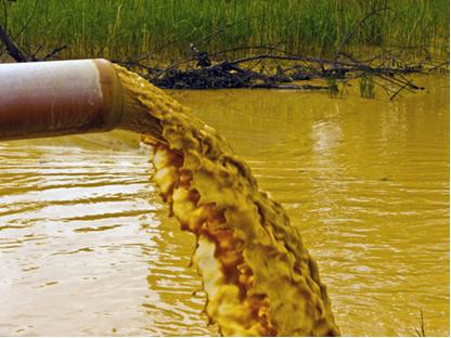 Os detritos lançados na água, mesmo em pequenas quantidades, como em concentrações em ppm, podem causar poluição