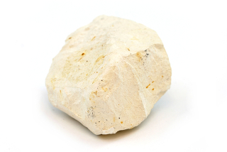 O calcário é um mineral usado na fabricação de cal virgem, que contém muitas impurezas, como areia, carvão, entre outros