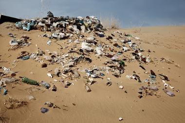 O despejo inadequado de lixo é uma das principais causas da poluição dos solos