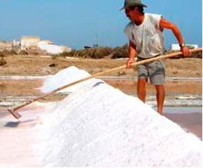 Com a evaporação das águas das salinas, obtém-se o sal que sofre cristalização