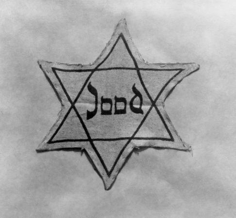 """Estrela judaica com o nome """"Jude"""" (judeu, em alemão) no centro"""