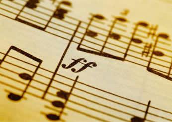 O refrão se caracteriza como um verso ou um agrupamento de versos que se repete ao final das estrofes