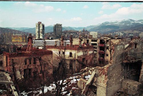Panorama da destruição da cidade de Sarajevo em março de 1996 *