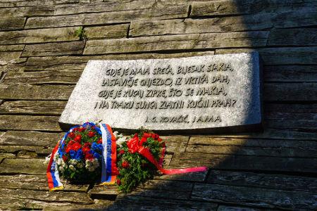 Memorial em homenagem às vítimas mortas em Jasenovac, na Croácia*