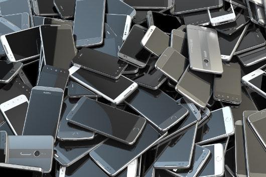 A obsolescência programada estimula o máximo descarte de produtos usados, gerando mais lixo