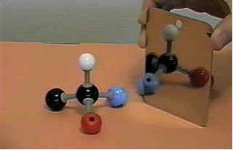 O carbono quiral ou assimétrico possui quatro ligantes diferentes e seus isômeros são a imagem especular um do outro