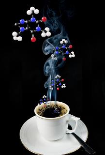 Uma xícara de café contém em média cerca de 100 a 150 mg de cafeína