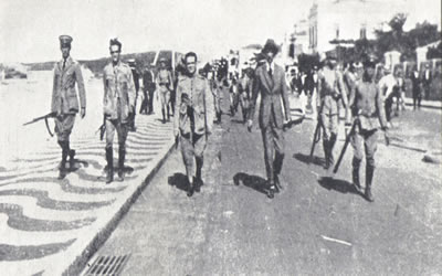 Foto retratando a marcha dos 18 do Forte de Copacabana, em julho de 1922