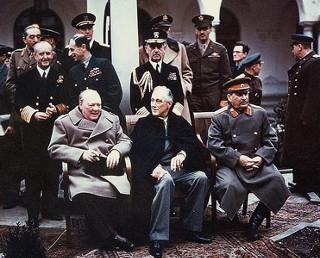 Winston Churchill, Franklin Roosevelt e Joseph Stalin em fotografia feita durante a conferência de Yalta, em 1945, onde debateram o pós-guerra