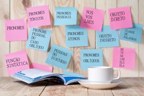 Objeto direto e objeto indireto. Essas são algumas das funções que os pronomes oblíquos átonos podem exercer em nossa língua