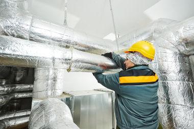 Na imagem, os tubos estão revestidos por um material isolante térmico que possui a função de reduzir o fluxo de calor