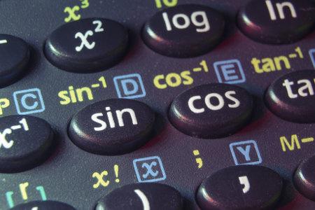 As relações trigonométricas seno e cosseno podem auxiliar na resolução de equações trigonométricas