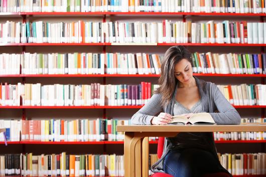 A leitura diária e a revisão dos textos escritos estão entre os cinco hábitos que vão melhorar a sua redação