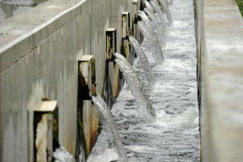 Dentre os países que sofrem com a falta de água doce, um exemplo é o Kuwait