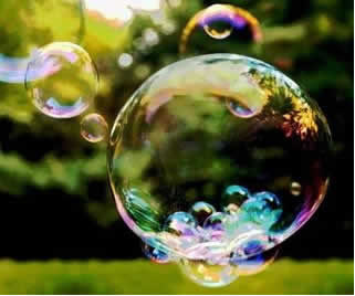 As moléculas da bolha de sabão se mantêm unidas em razão da existência de suas forças intemoleculares
