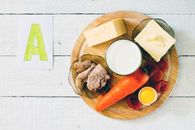 A vitamina A é encontrada em alimentos de origem animal, vegetais folhosos verde-escuros e alguns frutos