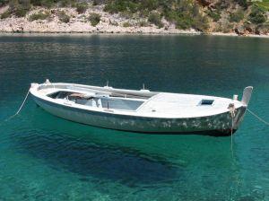 O barco não afunda graças ao empuxo.