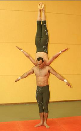 "Dupla de acrobatas ""Akróbatus"" se equilibrando"