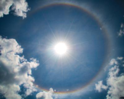 Halo solar: círculo de luz que se forma ao redor do sol graças à decomposição da luz branca