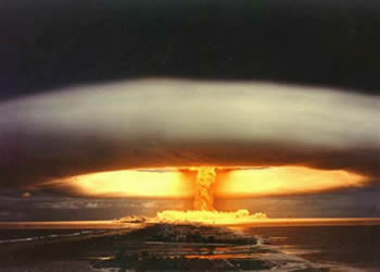 Arma de energia nuclear que possui grande poder de destruição
