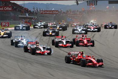 A força de atrito entre os pneus do carro e a pista faz com que o carro acelere