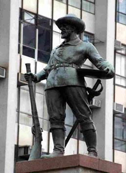 Estátua do Bandeirante - Obra do artista Amando Zago, localizada na Praça do Bandeirante, Goiânia, Goiás.