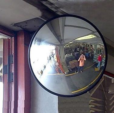 Espelhos esféricos são utilizados para monitoramento em grandes lojas.