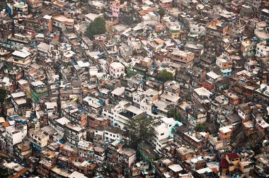 Imagem da favela da Rocinha, Rio de Janeiro. A favelização é um dos principais problemas urbanos brasileiros