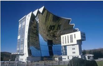 Espelhos esféricos utilizados para a obtenção de energia elétrica.