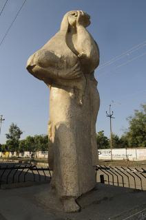 Memorial do desastre de Bhopal - estátua de uma mãe correndo de gás venenoso*