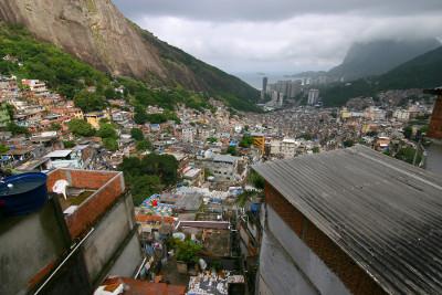 Ao fundo, os distantes prédios do centro urbano