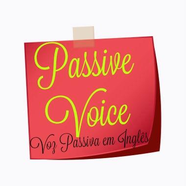 A voz passiva enfatiza quem sofre a ação da frase e não quem a provoca
