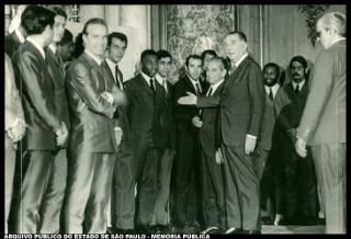 O ditador-presidente Médici com a equipe de futebol campeã da Copa do Mundo de 1970.*