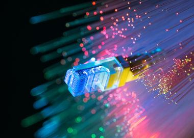 As fibras ópticas funcionam com base no Princípio da Reflexão Total da luz e são largamente utilizadas nas telecomunicações