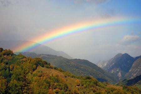 Os arcos-íris são formados pelo fenômeno da dispersão cromática da luz