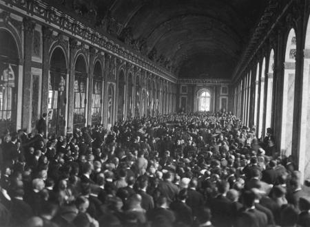 Delegados signatários do Tratado de Versalhes reunidos no Salão dos Espelhos