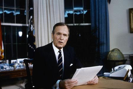 George Bush (pai), presidente americano no início da década de 1990, autorizou a intervenção contra o Iraque*