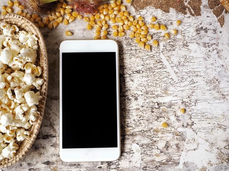 As ondas de rádio e as micro-ondas são capazes de aquecer os grãos de milho por meio de um processo chamado aquecimento dielétrico.
