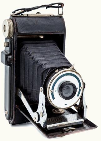 As primeiras câmeras fotográficas eram basicamente câmaras escuras com lentes acopladas em seu orifício