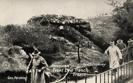 Cartão postal de 1900 que descreve o general americano Pershinge  nas trincheiras da linha de frente, durante a Primeira Guerra Mundial*