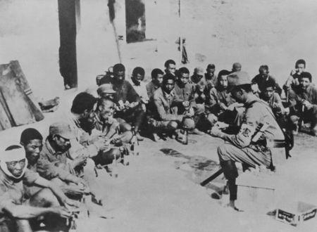 Chineses capturados pelos japoneses após a Batalha em Xangai, em novembro de 1937