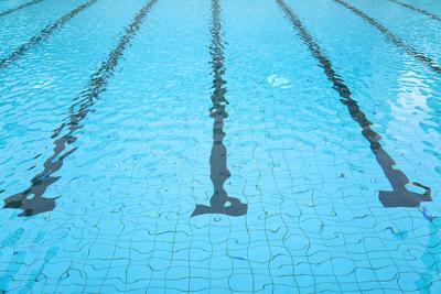 Uma piscina aparenta ser mais rasa do que é por causa da refração da luz