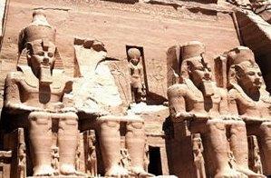 A entrada do Templo de Ramsés II: os faraós junto aos deuses.