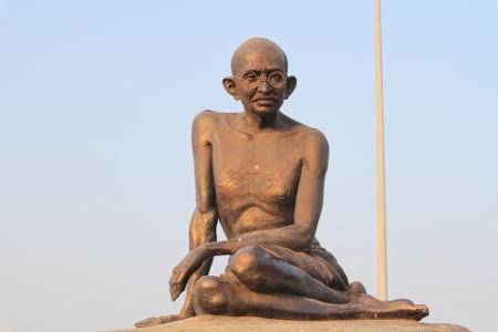 Estátua em homenagem a Mahatma Gandhi, localizada em Malpe, região ao sul da Índia*