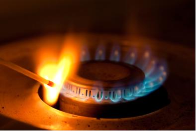 A energia de ativação da combustão do gás de cozinha é fornecida pelo fósforo aceso