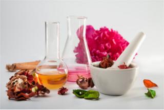 As fragrâncias dos perfumes eram inicialmente extraídas dos óleos essenciais de flores, plantas e animais