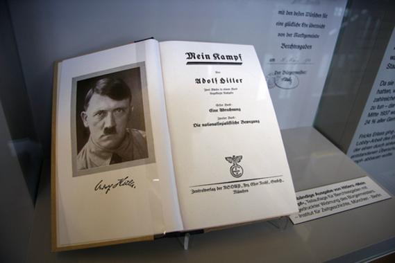 """Exemplar da obra """"Minha Luta"""", de Adolf Hitler *"""